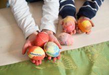 In der Eierfärberei - Osterbrauchtum