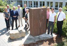 Gedenkstein am Weiterbildungszentrum Olpe neu aufgestellt